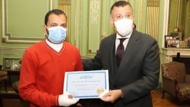 Photo of رئيس جامعة عين شمس يكرم عامل شركة الكهرباء