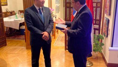 "Photo of السفير التشيلي "" بابلو ارياران"" يكرم الدكتور إبراهيم الشربيني"
