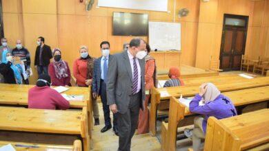 """Photo of رئيس جامعة بني سويف يتابع سير الامتحانات بكليتي """"الإعلام """" و""""العلوم"""""""